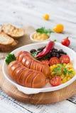 Salsichas na grade com vegetais Foto de Stock