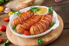 Salsichas na grade com vegetais Foto de Stock Royalty Free