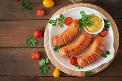 Salsichas na grade com vegetais Vista superior Fotos de Stock
