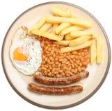 Salsichas, ovo, microplaquetas e feijões imagem de stock