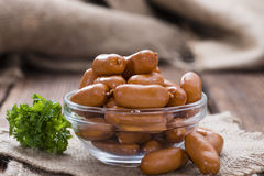Salsichas pequenas na madeira Foto de Stock