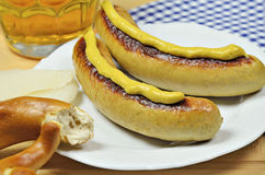 Salsichas, pretzel e cerveja grelhados Foto de Stock Royalty Free