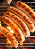 Salsichas que cozinham em um fogo do assado fotografia de stock royalty free