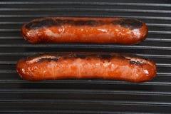 Salsichas que cozinham em uma grade Foto de Stock Royalty Free