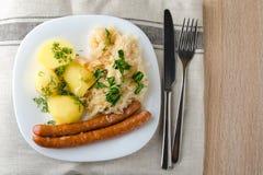 Salsichas Roasted com couve cozinhada Fotos de Stock