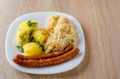 Salsichas Roasted com couve cozinhada Foto de Stock Royalty Free
