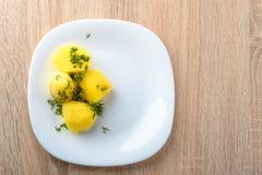 Salsichas Roasted com o chucrute cozinhado da couve e as batatas fervidas Fotografia de Stock