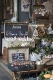 Salsichas típicas do francês em um mercado da cidade Fotografia de Stock Royalty Free