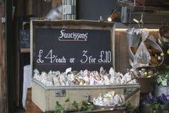 Salsichas típicas do francês em um mercado da cidade Imagem de Stock