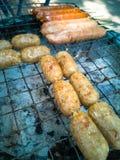 Salsichas tailandesas do BBQ ou salsichas de Isaan fotos de stock