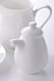 Salsiera della porcellana e primo piano bianchi della scrematrice Fotografia Stock