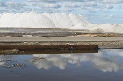 Salt berg för rent hav i en saltdam i Sardinia och blå himmel Arkivbilder