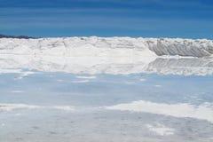 Salt bildandevägg i Uyuni Arkivfoton
