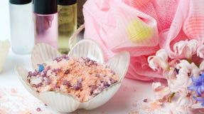 Salt för bad med svampen och nödvändiga oljor royaltyfri foto