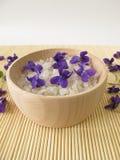 Salt för bad med violetta blommor Arkivbilder