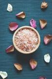 Salt hav och kronblad av torkade blommor arkivfoto