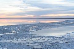 Salt lake Aftonsolnedgång med härlig himmel och vatten arkivfoton