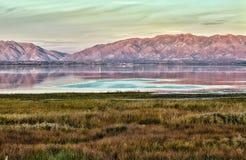 Salt Lake City - Sonnenuntergang-Ansicht von einem See, von Bergen und von Wiesen stockbilder