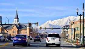 SALT LAKE CITY UTAH/FÖRENTA STATERNA - FEBRUARI 13, 2017: 200 södra gata och sikt in mot snömontainsna från vägen arkivbild