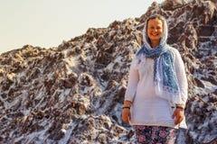 Salt Lake Namak i landskapet av Qom, Iran Persien och en vit le turist- flicka med ett huvud som täckas i en halsduk fotografering för bildbyråer