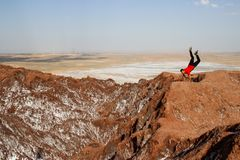 Salt Lake Namak w prowincji Qom, Iran Persia i Irański młody człowiek robi, handstand i ono uśmiecha się obraz royalty free