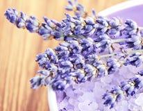 Salt lavendelblommor och bad Arkivbild