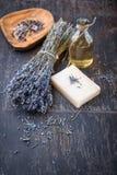 Salt lavendelolja, växt- tvål och bad arkivfoton