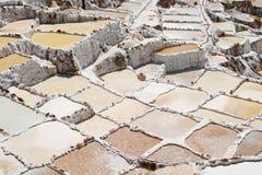 Salt pannor för Inca på Maras, Peru Arkivfoton