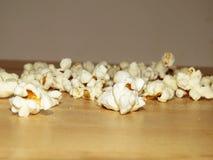 Salt popcorn som spills på tabellen arkivfoton