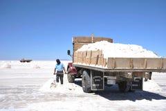 Salt produktion på Uyuni de salta lägenheterna som torkas upp den salta sjön i Altiplano Royaltyfri Foto