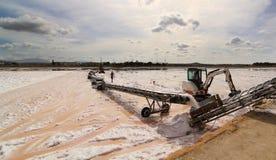Salt produktionsprocess i Sicilien Arkivfoto