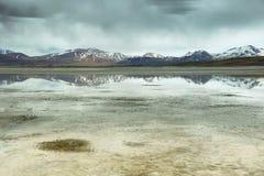 Salt sjö för sikt av berg och Aguascalientes eller Piedras rojas i det Sico passerandet Royaltyfri Bild
