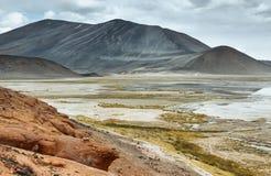 Salt sjö för sikt av berg och Aguascalientes eller Piedras rojas i det Sico passerandet Fotografering för Bildbyråer