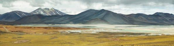 Salt sjö för sikt av berg och Aguascalientes eller Piedras rojas i det Sico passerandet Arkivbild