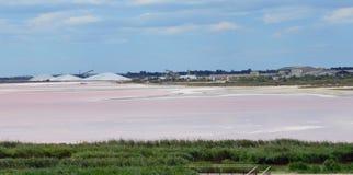 Salt sjö nära Aigues-Mortes Arkivbilder