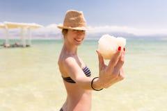 Salt stor bit för ungt lyckligt bikinikvinnainnehav, dött hav, Israel Royaltyfria Foton