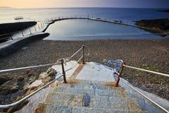 salt trappa för pöl som simmar till vatten Arkivbilder