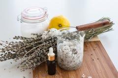 Salt uppsättning för lavendel- och citronbad Royaltyfri Foto