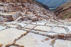 Salta avdunstningdamm och miner som byggs av Incas i Maras, Peru Arkivbild
