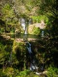Salta den de Kunna Batlle vattenfallet i la Garrotxa, Catalonia arkivbilder