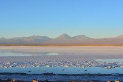 Salta framlänges och Lagunaen Tebinquiche i den Atacama öknen, Chile Arkivfoton
