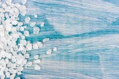 Salta korn för hav på den blåa tappningbakgrunden , closeup, fritt utrymme för din text Arkivfoto