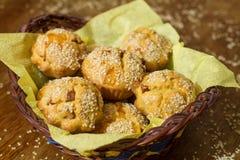 Salta muffin i korg Royaltyfria Foton