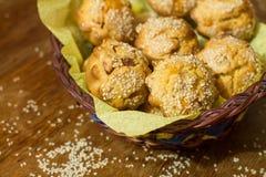 Salta muffin i korg Arkivbilder