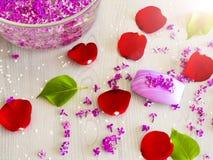 Salta och nödvändiga oljor för hav, purpurfärgad lila Spa arkivfoton