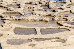 Salta pannor nära Qbajjar i Gozo, Malta Royaltyfria Foton