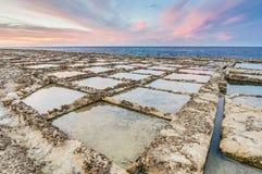 Salta pannor nära Qbajjar i Gozo, Malta Arkivbild