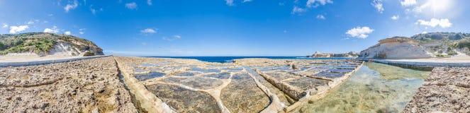 Salta pannor nära Qbajjar i Gozo, Malta Arkivfoto