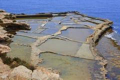 Salta pannor och havet Arkivbilder