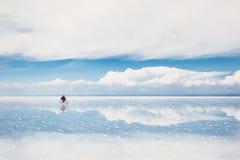 Salta plana Salar de Uyuni, Altiplano, Bolivia Royaltyfri Foto
